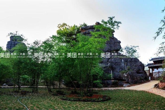 雨花石景區  雨花石生態旅游區位于崇左市江州區太平街道公益村沖登屯,地處左江河畔。景區3平方公里范圍內,石巖色彩和形狀獨具特色,多彩的雨花石顆粒堆積成圓鼓肥厚的五彩石巖,如朝霞如彩虹,規模巨大, 是目前廣西乃至全國發現的極為罕見的景觀資源。大自然的鬼斧神工,造就了形狀奇異的石巖,有的像千年壽龜,有的像萬年巨船,有的像海獅探月,有的像仙女下凡,有的像鼓,有的像桃,有的孤立,有的依偎,有的相擁。景區內洞石穿空,如天窗如天眼;斷壁懸崖,似屏障似展簾;山崩地裂,現溝壑現線天。不論是石、是巖、是山,還是溝壑、是洞眼
