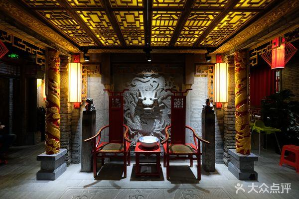 饭店的装修风格古色古香,门口两只龙雕很霸气,同行的小伙伴临走时