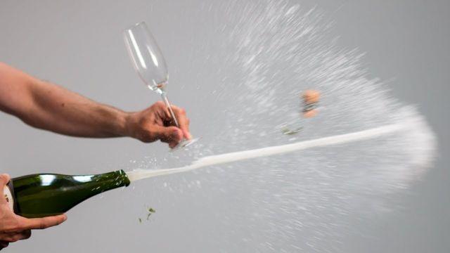 库里老婆演示:只要功夫深,手机开香槟