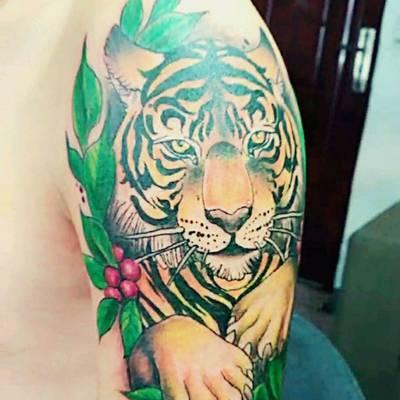 大臂虎头纹纹身款式图