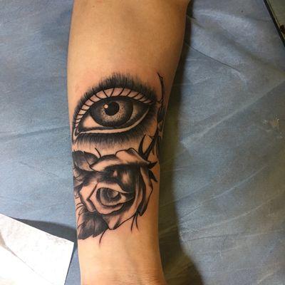 大眼睛玫瑰纹身款式图