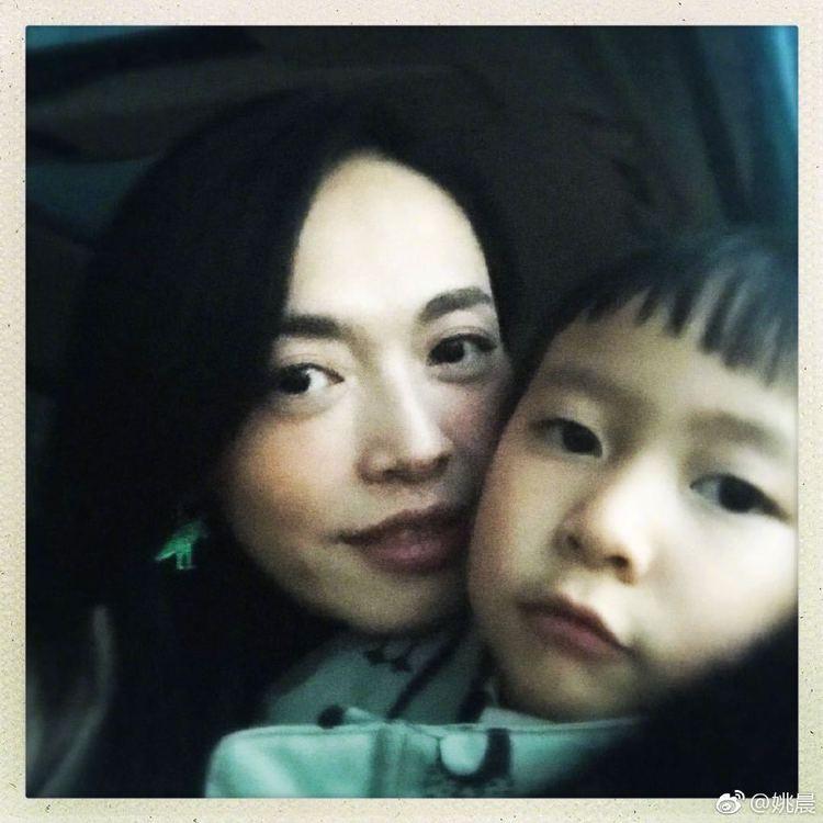姚晨微博晒6岁儿子画作,实力表演亲妈打脸  第1张