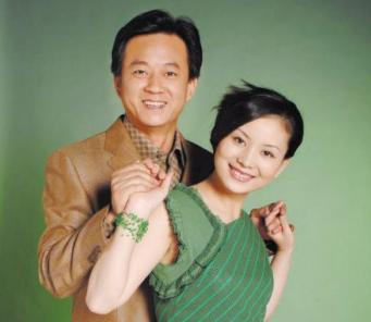 55歲朱軍發福明顯,穿著樸素滿臉皺紋,與49歲老婆似兩代人