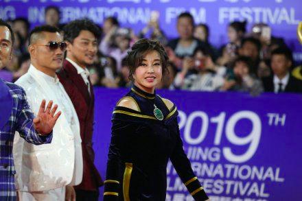 63岁刘晓庆近照曝光,胸前超大翡翠配饰太抢镜  第1张