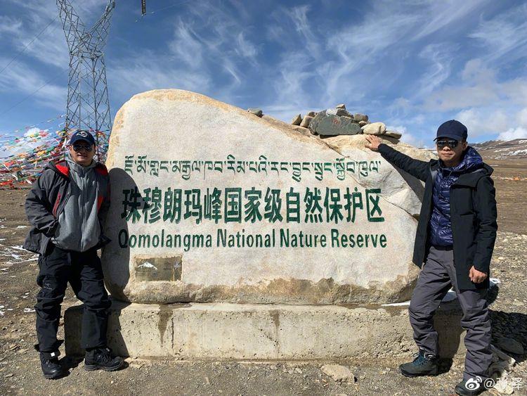 吴京张译海拔5000米珠峰大本营合影,《攀登者》即将杀青定档  第3张