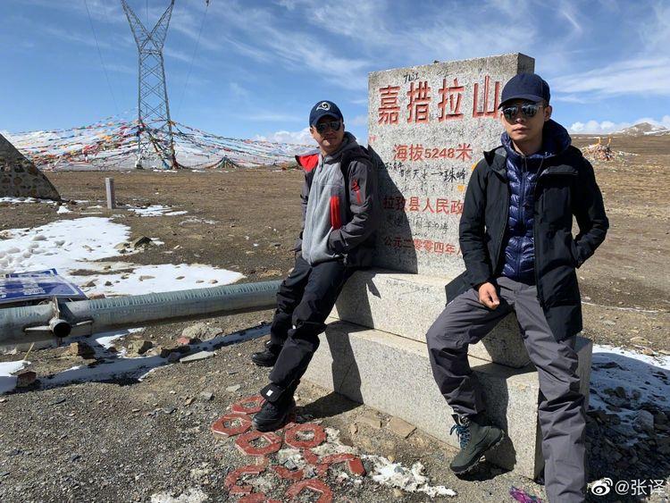 吴京张译海拔5000米珠峰大本营合影,《攀登者》即将杀青定档  第1张