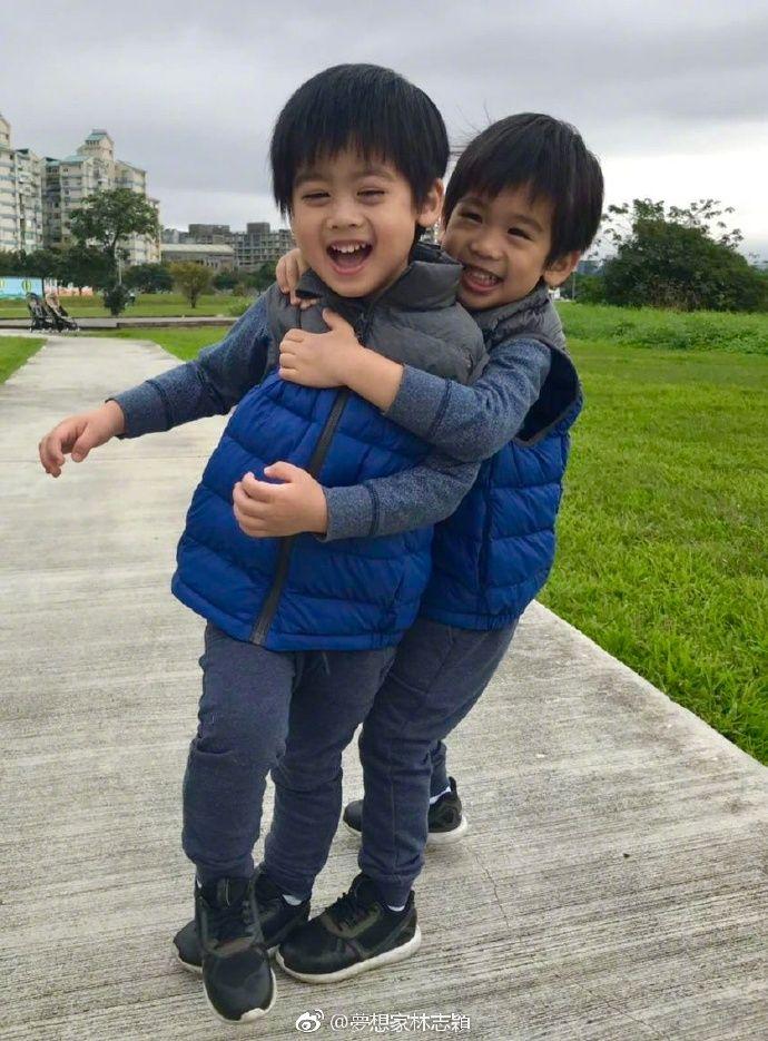 林志颖晒双胞胎儿子近照,兄弟俩的睫毛又长又美太抢眼了  第2张