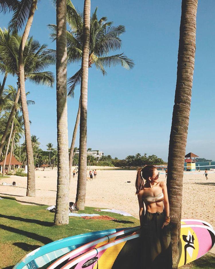 昆凌晒海滩比基尼照片,腹肌太明显,网友:旁边的周杰伦学着点