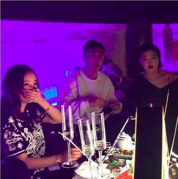 王思聪现身杭州夜店一晚消费30万,美女环绕他却只顾低头玩手机  第9张