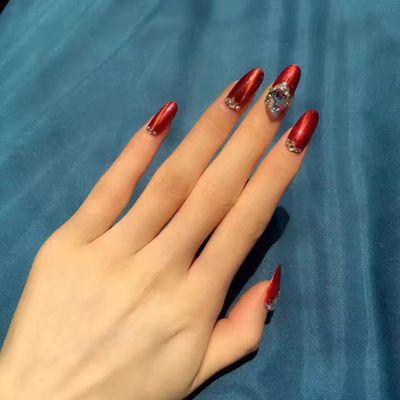 红色镶钻美甲款式图