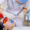 [术后1天] 做牙齿美白前,王医生先给我了一个全面的症状检查,她告诉我,治疗前先要进行口腔清洁,清除口腔内的细菌残渣等,保持口腔卫生清洁。这个是我在手术当中的一些照片哦!