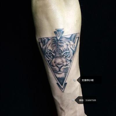 手臂虎头纹身款式图