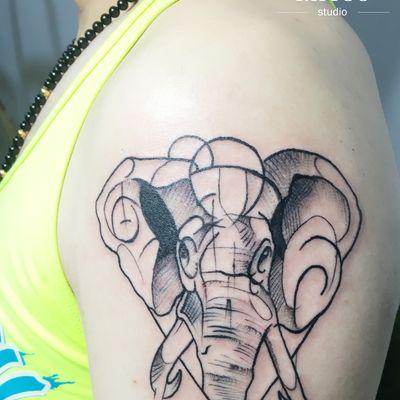 大臂象纹身图