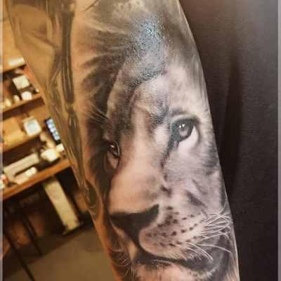 大臂外侧写实雄狮纹身款式图