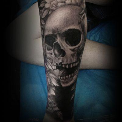 黑白素描骷髅小腿纹身款式图