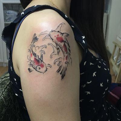 大臂双鱼纹身图