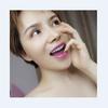 [术后24天] 这两天瓷贴面习惯很多了,没有那种厚实感,牙线也用来得心应手了。发现我适应能力还挺强的之前去超市买的牙线不好用,纯棉那种线体比较粗,线没力棉的一放进去就断了,后来去口腔门诊买了专用牙线,果然不一样,比超市的要细韧性好。因为瓷贴面贴上后牙缝之间的摩擦不像原来牙齿那样光滑,一般牙线是没法使用的,小可爱们如果也用牙线就买好些的,真是一分钱一分货不会给浪费掉。  今天宝宝出发去成都玉颜做唇综合手术,本来一大早的飞机,航班延迟了,只有坐等拍照吧,嘿嘿大白牙不涂口红确实不完美,今天出门涂的是橘子色,活力阳光的味道有没有昨晚的单车照片涂的是粉红色,发现女生的口红不能少于十种颜色